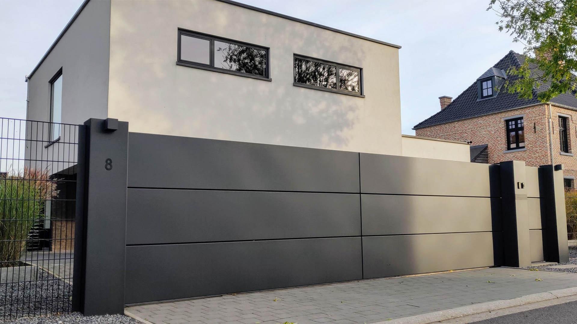Moderne aluminium schuifpoort met looppoort en brievenbus - Lommel